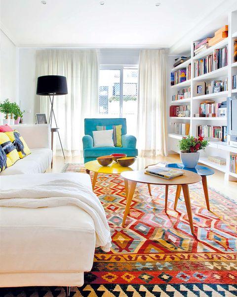 salón colorido con sofá blanco