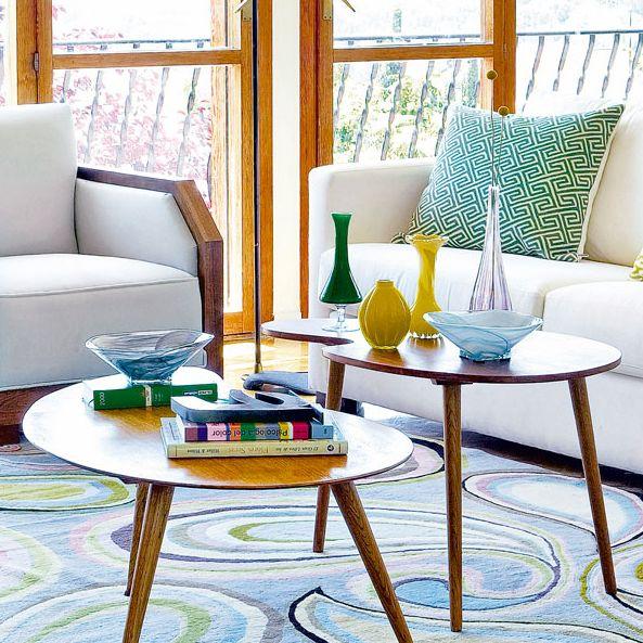 salón con color mesa de centro de madera jarrones de colores