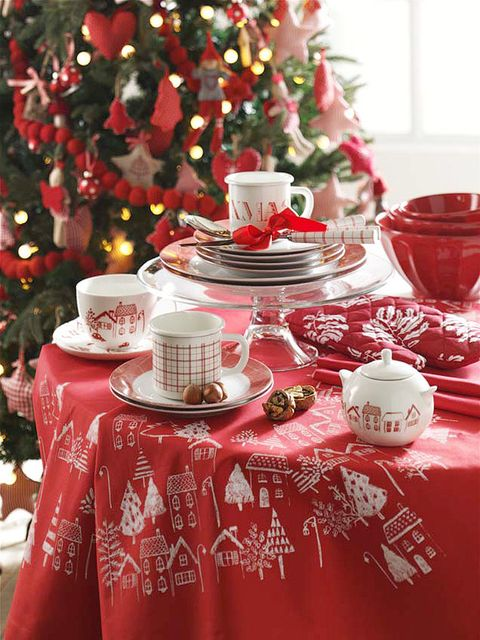 Tablecloth, Serveware, Event, Dishware, Red, Textile, Linens, Christmas decoration, Porcelain, Holiday,