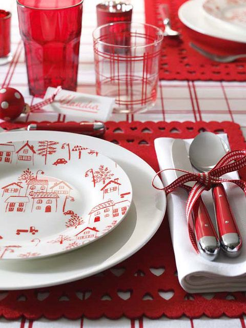 Serveware, Dishware, Red, Porcelain, Liquid, Tableware, Drinkware, Tablecloth, Plate, Glass,