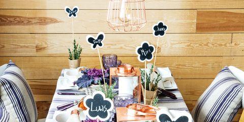 Una mesa decorada en morado y cobre