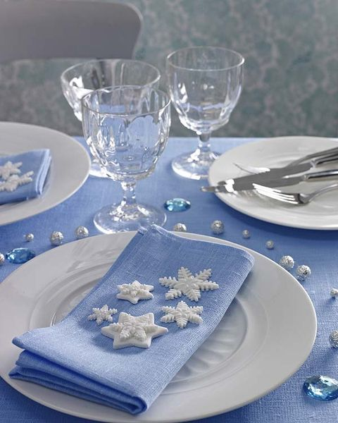 Serveware, Blue, Dishware, Glass, Textile, Drinkware, Napkin, Stemware, Tableware, Plate,