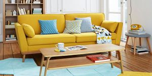 Salón con sofá amarillo