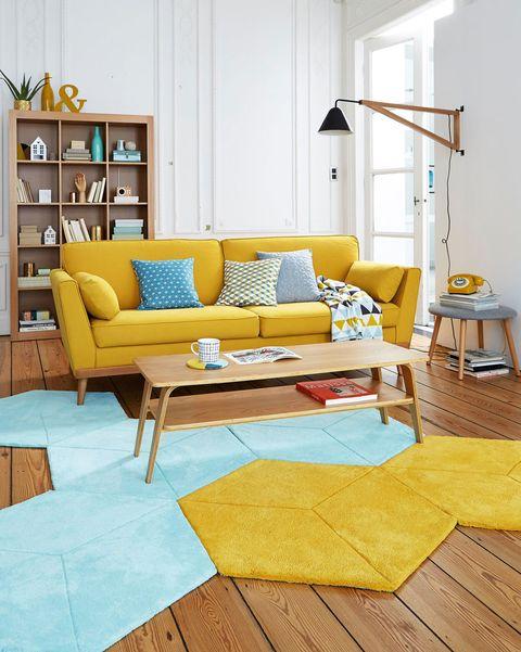 salón moderno con sofá amarillo y alfombra en azul y amarillo