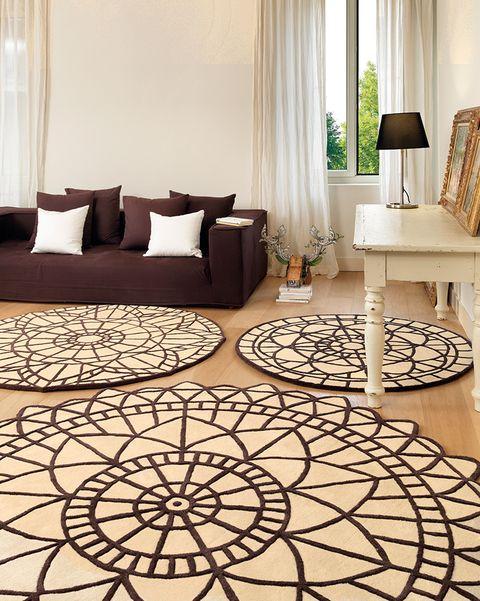 salón con alfombras redondas