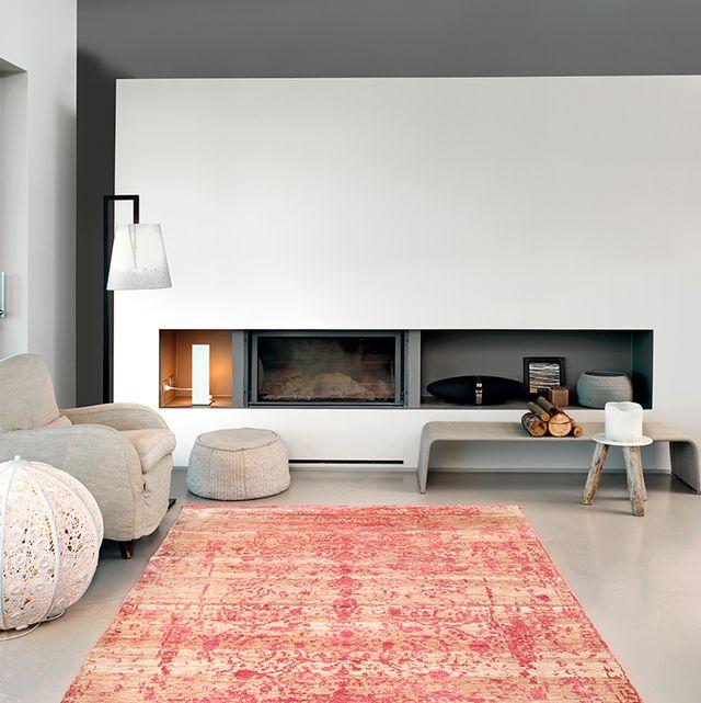 salón moderno gris con alfombra roja