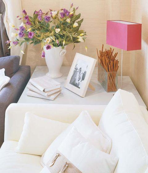 Room, Petal, Bouquet, Interior design, Flower Arranging, Centrepiece, Cut flowers, Home accessories, Lavender, Vase,