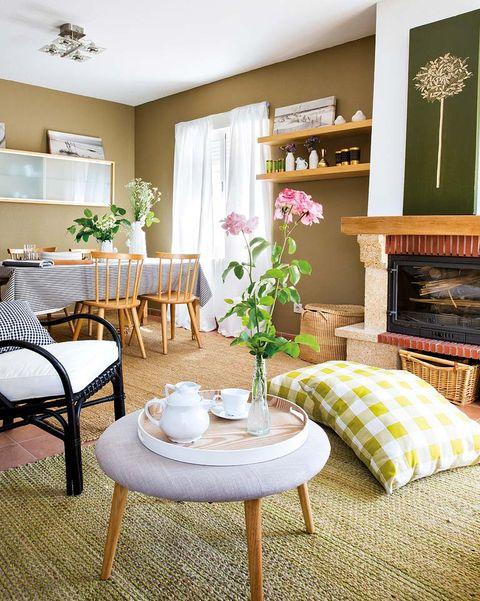 salón en tonos verde con chimenea