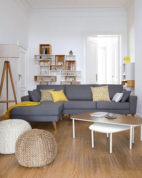 salón moderno con sofá gris