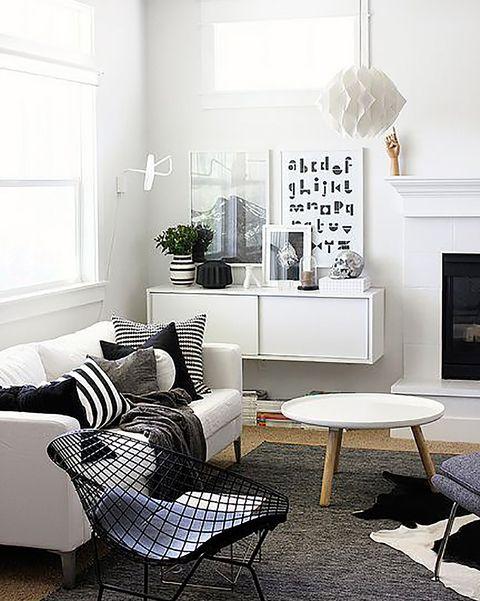 salón pequeño en blanco y negro