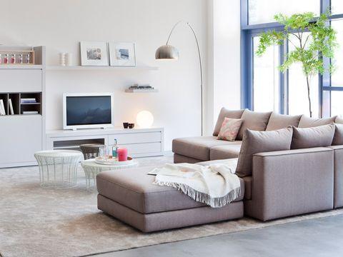 Salón moderno con chaise longue en tonos blancos y grises