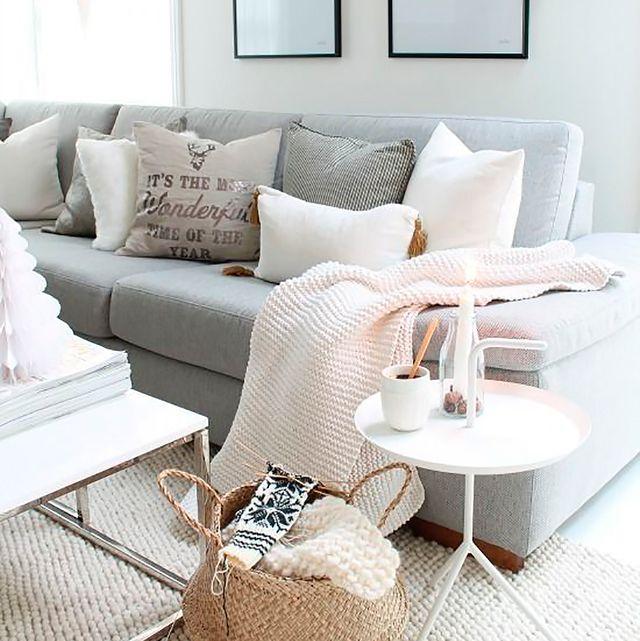 salón con sofá grande y cómodo en colores claros