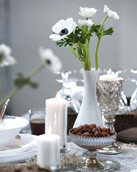 Serveware, Petal, Flower, White, Dishware, Artifact, Bouquet, Centrepiece, Cut flowers, Interior design,