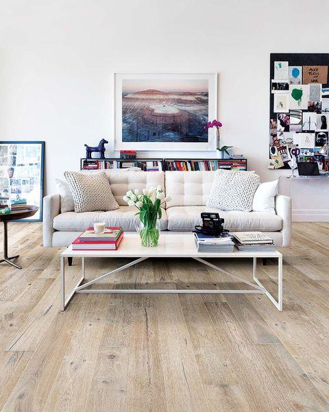 salón moderno con suelo de madera