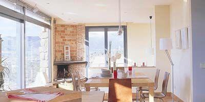 Wood, Room, Interior design, Floor, Property, Flooring, Ceiling, Table, Glass, Dishware,