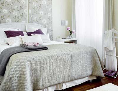 Dormitorio con muebles blancos