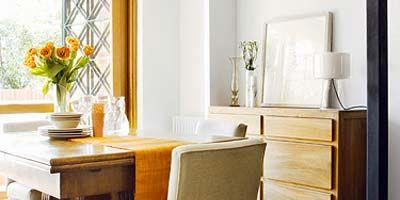 todo el mobiliario que describes es oscuro por lo que opta por tonos claros para la mayora de las paredes del saln escoge un tono tierra muy suave nada - Colores Para Paredes Salon