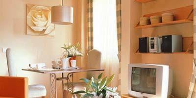 Wood, Room, Interior design, Property, Flooring, Floor, Home, Flowerpot, Wall, Table,