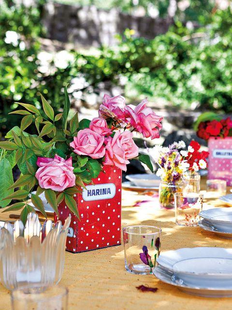 Petal, Serveware, Dishware, Flower, Bouquet, Centrepiece, Pink, Party supply, Cut flowers, Tablecloth,