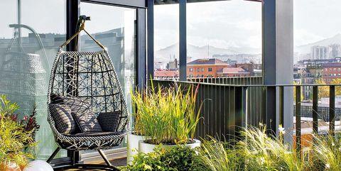 terraza con plantas y columpio