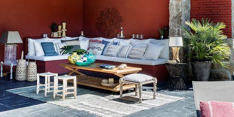 Un salón exterior en el porche