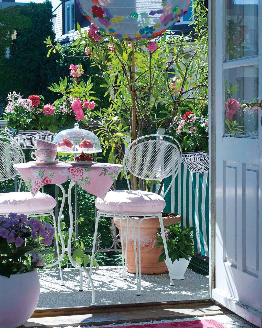 Balcón decorado en rosa