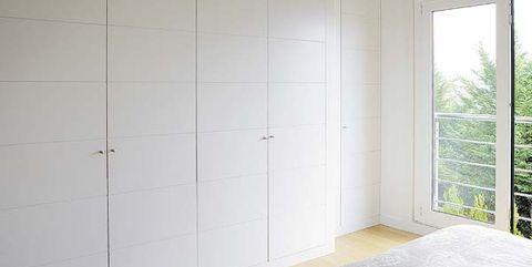 Armario con puertas blancas