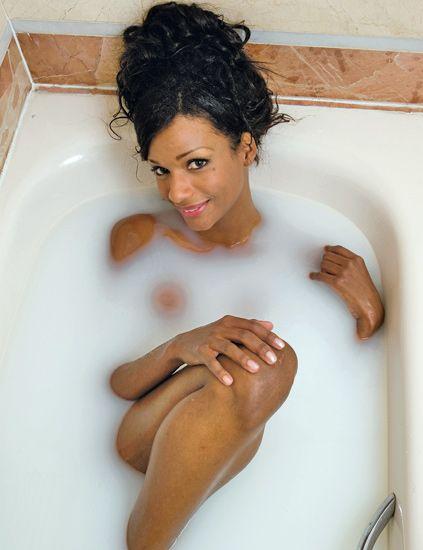Fluid, Hairstyle, Skin, Shoulder, Joint, Bathtub, Plumbing fixture, Beauty, Bathing, Plumbing,