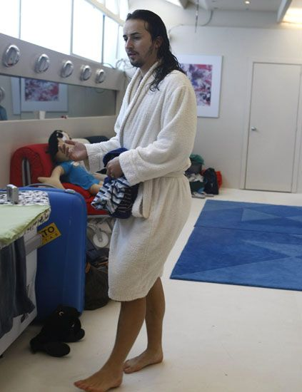 Flooring, Floor, Toe, Barefoot, Door, Foot, Service, Ankle, Sandal, Nurse uniform,