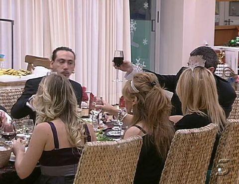 Hair, Furniture, Tableware, Chair, Curtain, Conversation, Customer, Dishware, Restaurant, Tablecloth,