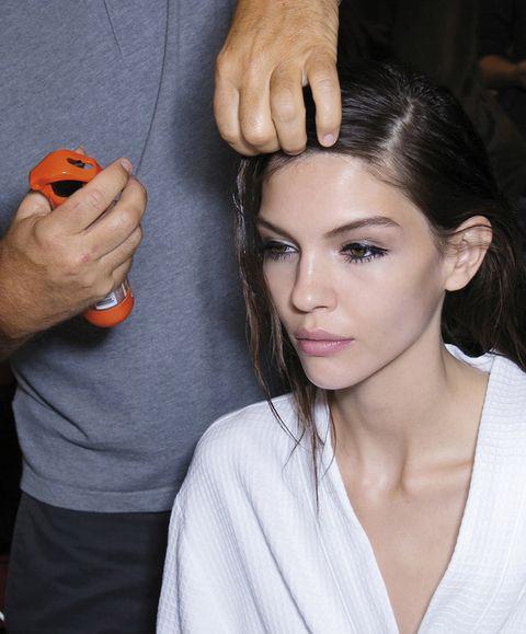 Finger, Hairstyle, Nail, Eyelash, Style, Wrist, Beauty salon, Thumb, Personal grooming, Eye liner,