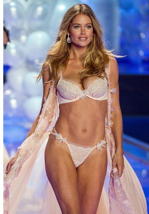 Hairstyle, Brassiere, Skin, Joint, Bikini, Fashion model, Navel, Undergarment, Abdomen, Lingerie,