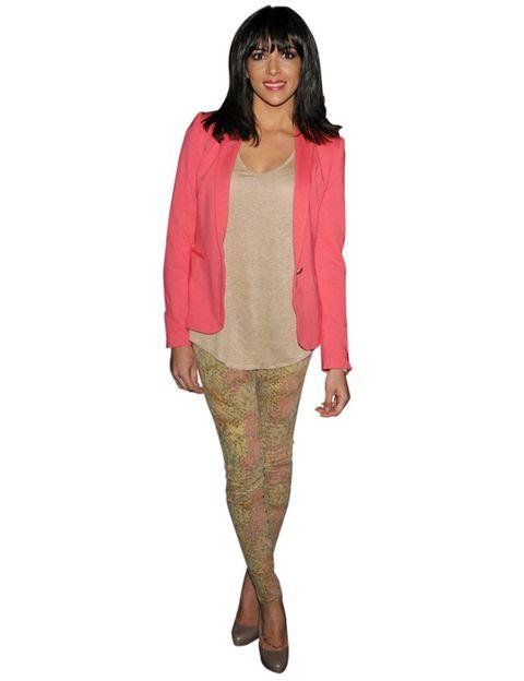 Sleeve, Shoulder, Textile, Joint, Style, Neck, Knee, Beige, Fashion model, Bangs,