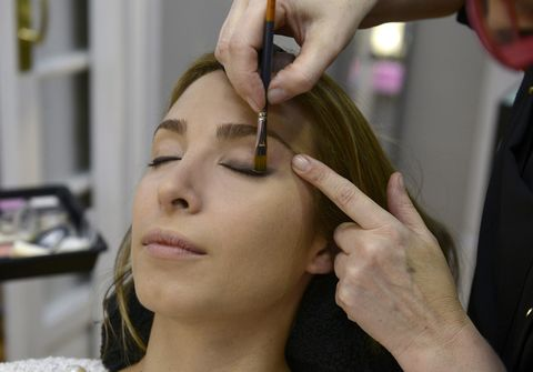Finger, Hairstyle, Beauty salon, Skin, Forehead, Eyebrow, Eyelash, Makeup artist, Organ, Wrist,