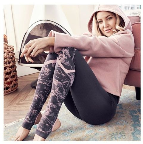 Human leg, Shoe, Comfort, Elbow, Knee, Sitting, Active pants, Thigh, Photography, Long hair,