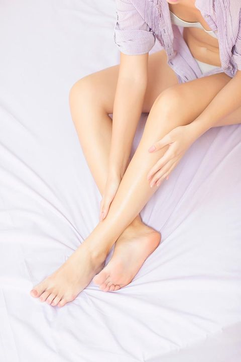 Skin, Comfort, Human leg, Joint, Knee, Barefoot, Thigh, Foot, Toe, Lavender,
