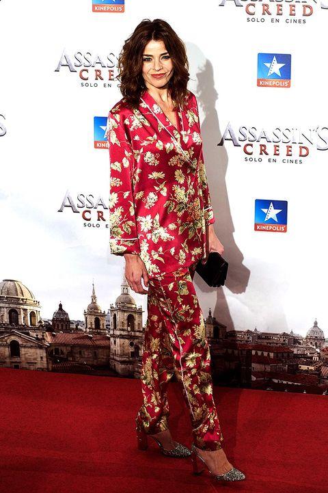 Red carpet, Clothing, Carpet, Fashion model, Flooring, Fashion, Suit, Formal wear, Premiere, Pantsuit,