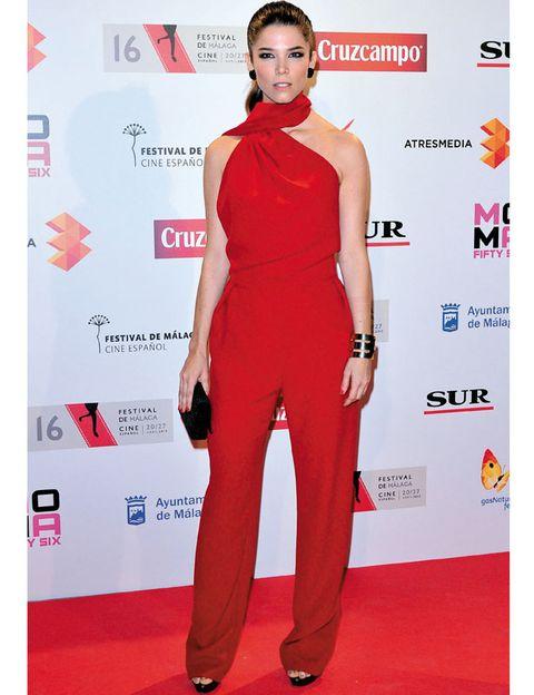 Shoulder, Flooring, Red, Joint, Style, Premiere, Eyelash, Carpet, Waist, Fashion,