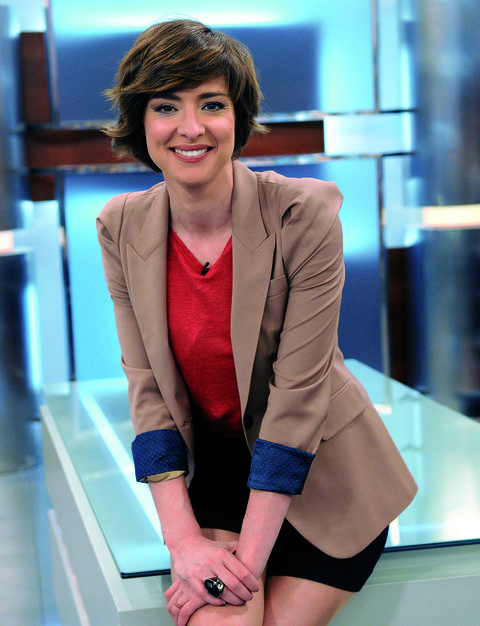 Mouth, Hairstyle, Sleeve, Shoulder, Collar, Joint, Facial expression, Style, Blazer, Beauty,
