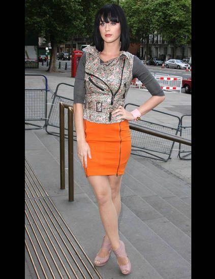 Human leg, Style, Waist, Street fashion, Thigh, Foot, Calf, Bangs, Long hair, Slipper,