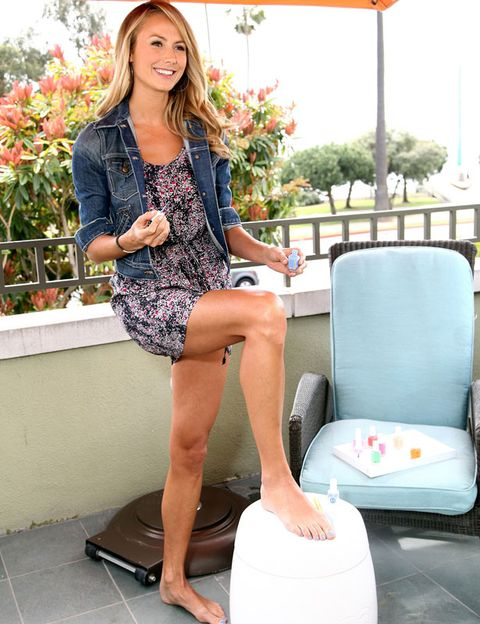 Leg, Shoulder, Human leg, Sitting, Dress, Comfort, Knee, Thigh, Street fashion, Foot,