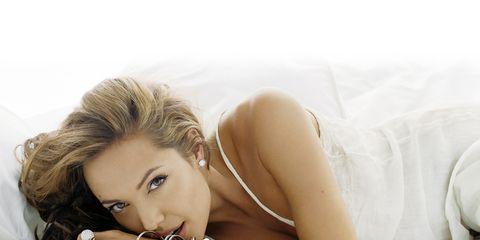 Comfort, Hairstyle, Skin, Human body, Shoulder, Mammal, Eyelash, Beauty, Linens, Bedding,