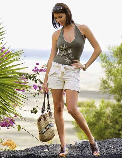 Clothing, Human body, Human leg, Sleeveless shirt, Summer, Bag, Lavender, Fashion, Street fashion, Thigh,