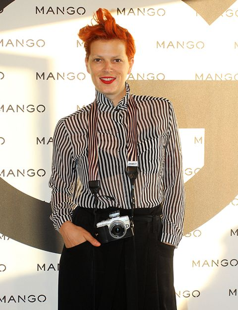 Sleeve, Collar, Dress shirt, Style, Red hair, Fashion, Camera, Dress, Blazer, Waist,