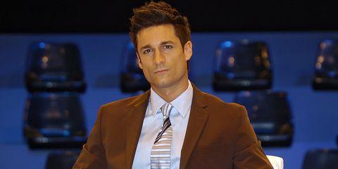 Suit, Television presenter, Newscaster, White-collar worker, Spokesperson, Forehead, Newsreader, Businessperson, Event, Formal wear,