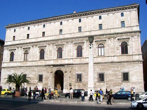 Pedestrian, Arch, City car, Classical architecture, Medieval architecture, Traffic, Van,