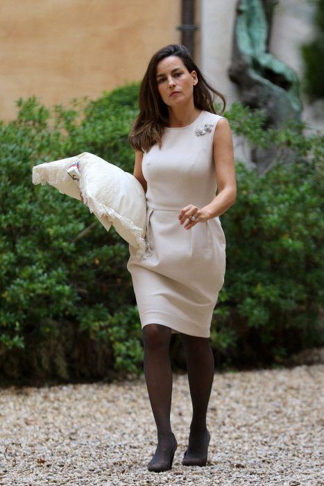 Sleeve, Shoulder, Dress, Human leg, Joint, Formal wear, One-piece garment, Street fashion, Beauty, Day dress,