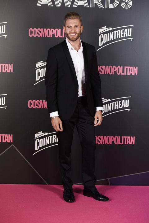 Suit, Carpet, Red carpet, Premiere, Formal wear, Tuxedo, Event, Flooring, Fictional character, Shoe,