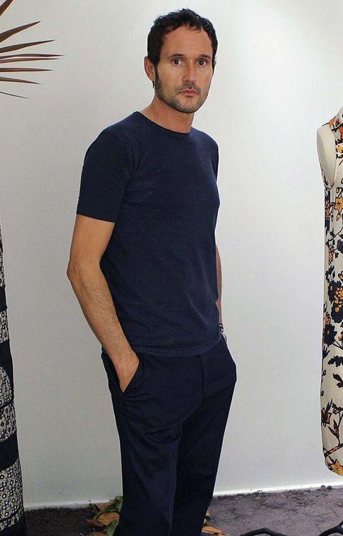 Clothing, T-shirt, Fashion, Neck, Fashion design, Sleeve, Model, Photo shoot, Top, Sportswear,