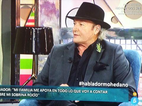 Hat, Coat, Outerwear, Suit, Collar, Blazer, Sun hat, Headgear, White-collar worker, Fedora,